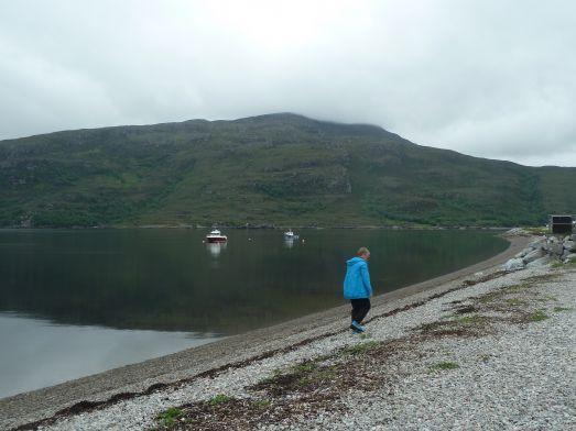 Engagerad stensamlare vid en öde strand i nordvästra Skottland