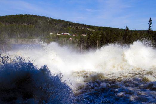 Vårflodens vilda vågor i Storforsen, Älvsbyn. © Foto: Peter Lundberg