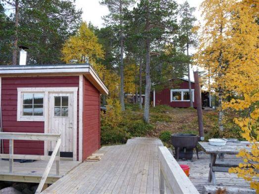 Bild från bryggan med bastu, storstugan och vedbon (sovstugan syns inte på bilden) © Foto: Anders Nilsson