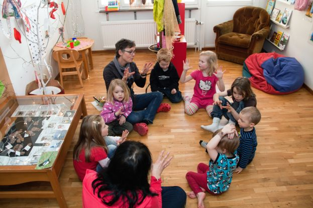 Barn sjunger sittandes i ring på förskola. Foto: Marcel Köppe.