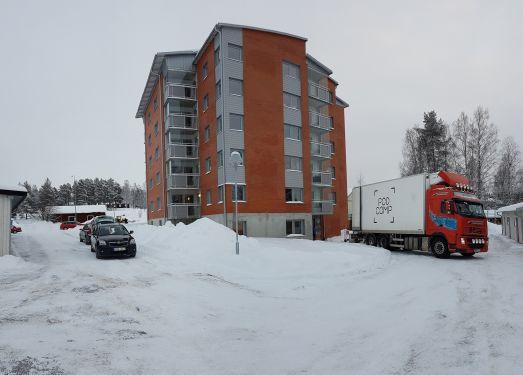 Flyttbilarna avlöste varandra under den första inflyttningsdagen till det nya hyreshuset.