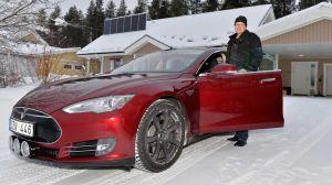 """Robert Granström vid sin 100 % eldrivna Tesla Model S på hemmaplan i Älvsbyn. Robert har solcellspaneler på sin villa som han bland annat använder för att """"tanka"""" elbilen. Foto Sterling Nilsson"""