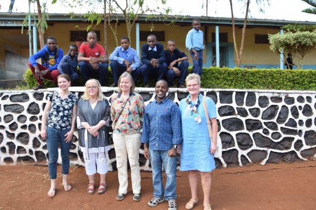 Svenska delegationen tillsammans med rektorn Rigamba Mwita och några elever framför Mamtakuna folkhögskola.