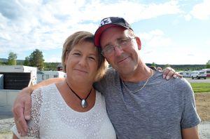 Lotta Berglund, hotellchef, får en kram av Stefan Andersson, stamgäst.