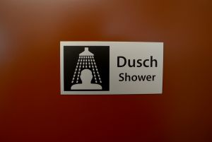 Duschar med låsbara dörrar.