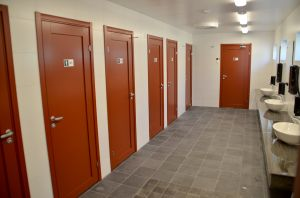 Fräscha toaletter, duschar och bastu.