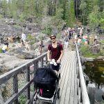 Både gammal och ung besöker Storforsens naturreservat.