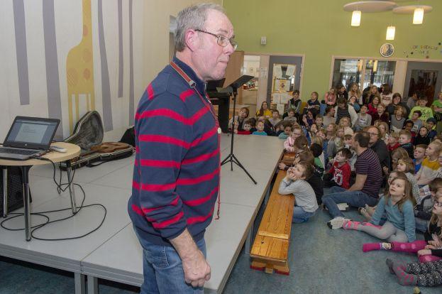 Barnen tyckte det var roligt när Sigurd Granström sjöng på pitebondska. Foto: Sterling Nilsson