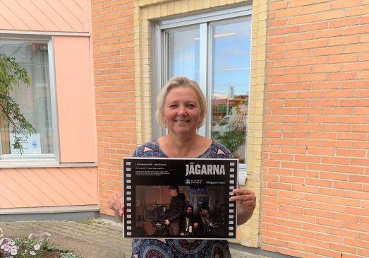 Ulrica Hamsch, landsbygdsutvecklare i Älvsbyns kommun, har placerat samtliga skyltar runt om i kommunen där inspelningsplatser ägt rum under inspelningen av tv-serien Jägarna. Foto: Maria Lundh