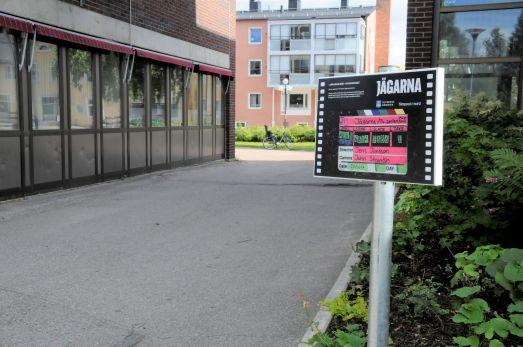 En av alla scener i tv-serien Jägarna spelades in utanför kommunhuset i Älvsbyn. Foto: Robin Nilsson