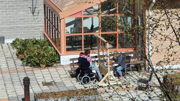 Besök vid en av Nyberga äldreboendes plexiglasskärmar