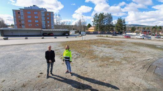 Tomas Egmark och Sofia Lundberg på den lediga centrumtomten. I bakgrunden det kooperativa flerbostadshuset. Foto Peter Lundberg
