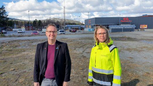 Tomas Egmark, kommunalråd och Sofia Lundberg, samhällsstrateg på den lediga centrumtomten. I horisonten Kanisbacken. Foto Peter Lundberg
