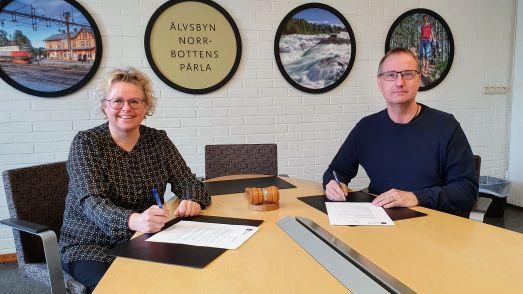 Anna Lindberg, ny kommunchef och Tomas Egmark, kommunstyrelsens ordförande skriver på anställningsavtalet i två exemplar. Foto Peter Lundberg.